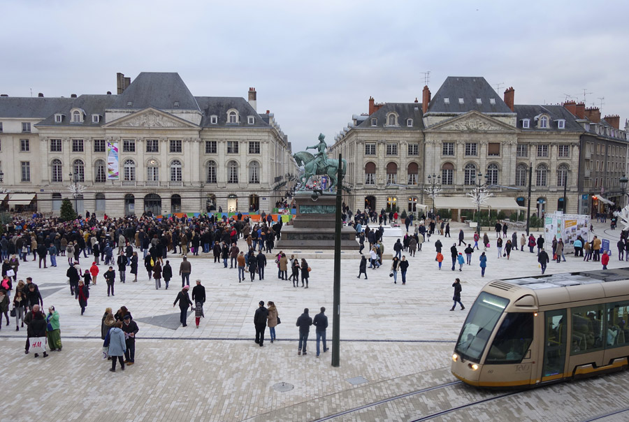 http://www.orleans-metropole.fr/fileadmin/orleans/MEDIA/diaporama/place-martroi/2013_11_23_045.jpg